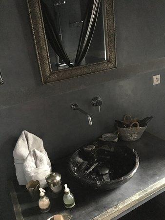 Riad la Parenthese: lavabo de la chambre Crystal