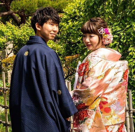 Shukkei-en Garden: Wedding Couple Wondering Through