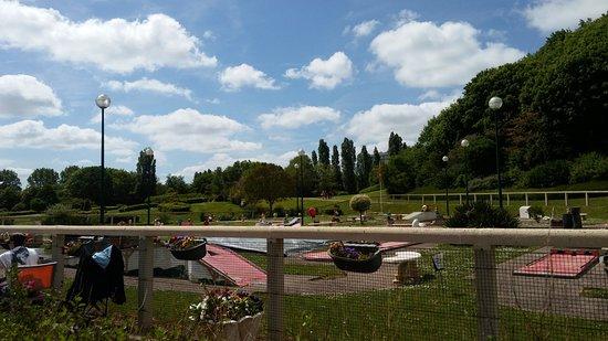 la colline aux oiseaux : Vue sur le parc floral et les jeux