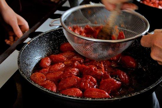 Radicondoli, إيطاليا: Preparing tomato sauce during the cooking lesson