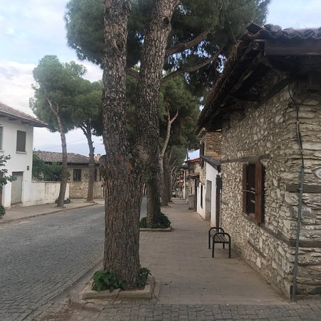 Odemis, Tyrkia: Birgi, 5000 yıllık bir şehir. Nar Danesi restaurantta nefis bir menemen ve nar suyu denemek gere