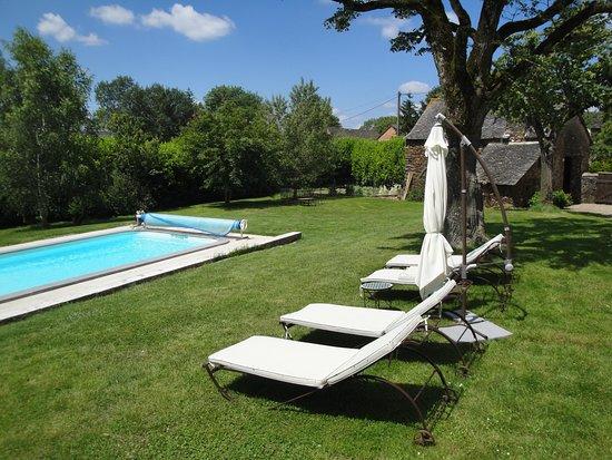 La Longère de Cabanès: Détente à la piscine