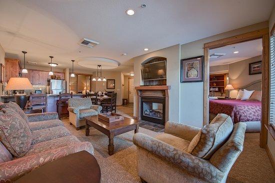 Silver Mountain Resort Lodging: Inside Corner Suite Living Area