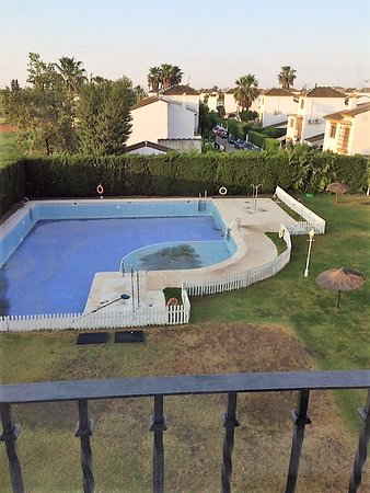 Sanlúcar la Mayor, España: View of the empty filthy pool from room