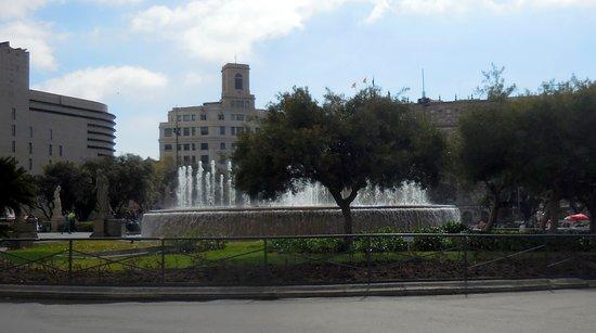 Plaza de Cataluna: View of the fountain