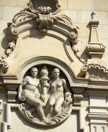 Plaza de Cataluna: Pretty sculptures all around