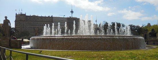 Plaza de Cataluna: Fountain in middle of square