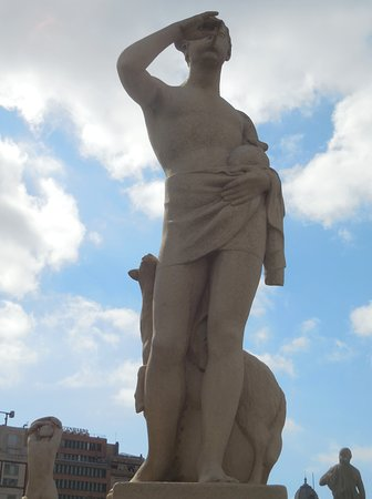 Plaza de Cataluna: Statue in square