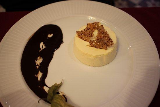 """Belleme, France: """"ruche au miel"""" : bavarois sauce chocolat"""