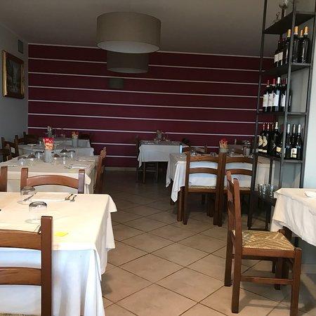 Cisano, Italy: Einfacher Raum aber Essen ist nun mal wichtig Draußen sehr schön zum sitzen