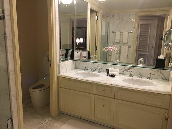 The Ritz-Carlton, Osaka: Bathroom - there is both a shower and a bathtub