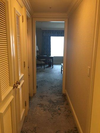 The Ritz-Carlton, Osaka: Hallway entrance to the room