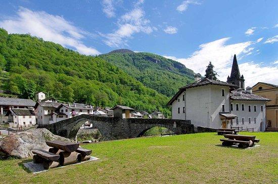 Lillianes, Itália: Panorama della struttura con area Picnic