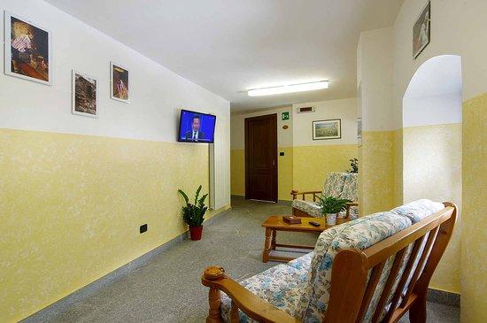 Lillianes, Italy: Saletta comune TV