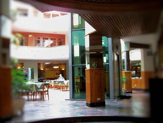 Hotel Continental: Patio y desayunador