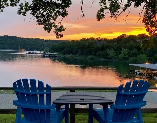 Reeds Spring, Missouri: Sit back and relax on our front viewing deck and take in the beautiful sunsets on Table Rock Lak
