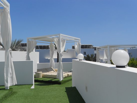 Aequora Lanzarote Suites: Balinese beds in chill out bar