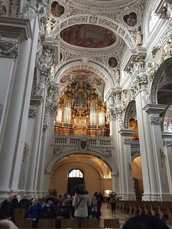 Dom St. Stephan: People ready for organ concert
