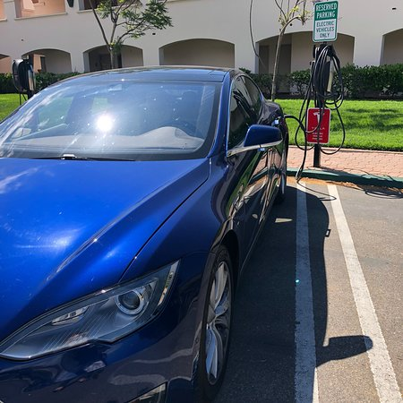 Hilton Santa Barbara Beachfront Resort: Tesla charging stations