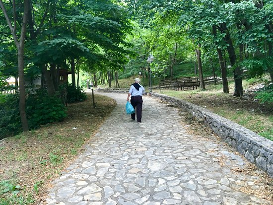 Cusano Mutri, Italie : The pleasant walk to the fountain
