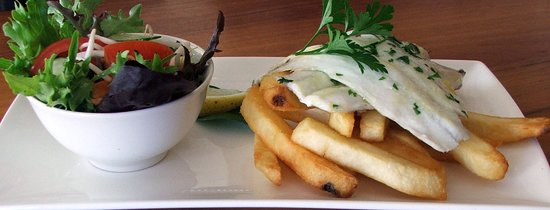 Port Broughton, Australia: Fresh local fish fillet with salad and chips