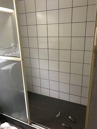 Lami, Fiyi: No door to the shower