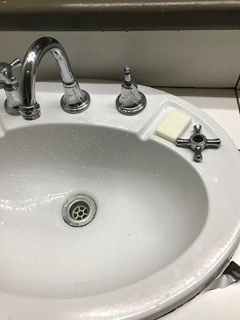 Lami, Fiyi: The faucet handle kept coming off