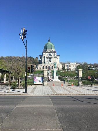Προσευχητήριο του St. Joseph του Βουνού Royal: View from across the road