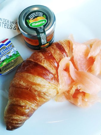 Ridderkerk, The Netherlands: 3e Gang van het ontbijt: croissant-habillé.