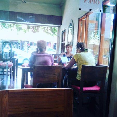 Brata Cafe: Girls & Gossips