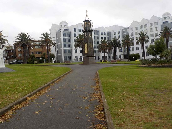 St Kilda, Australia: Park with palms and war memorial
