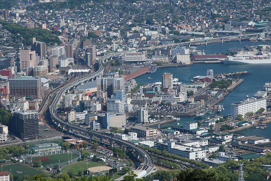 高速道が湾岸に沿って湾曲する佐世保市街地 - Picture of Mt ...