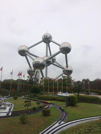 Atomium : foto saya di mini europe yang berlatar belakang atomiun di belgia