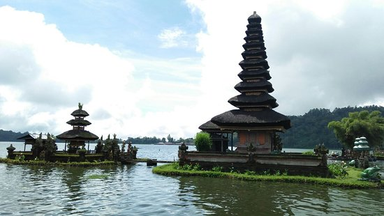 Lovina Beach, Indonesia: Bali temple on the lake