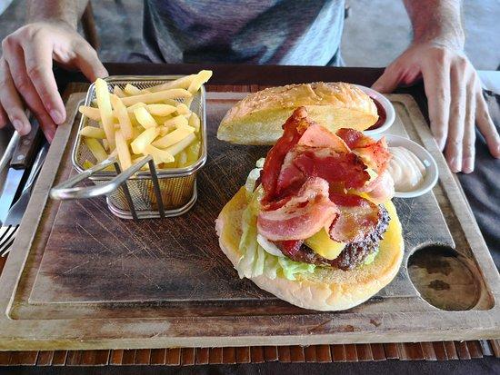 Сабанг, Филиппины: Yummy burger at Tamarind Restaurant in Puerto Galera