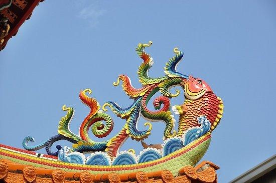 Wenzhu Temple: 屋根の上の鯛のレリーフが青空に映える
