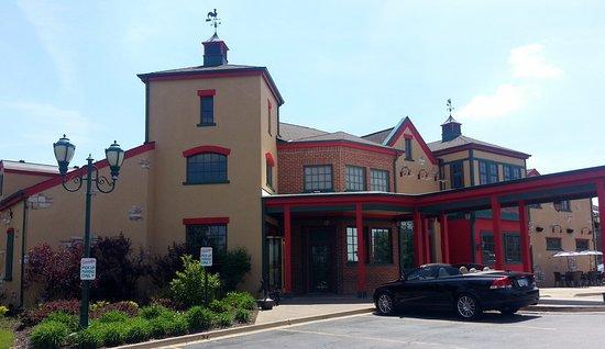 Moretti's Ristorante and Pizzeria: entrance from parking lot
