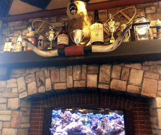 Moretti's Ristorante and Pizzeria: a bear watching the dining room