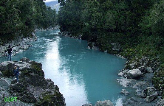 Hokitika Gorge Walk: rock on blue water