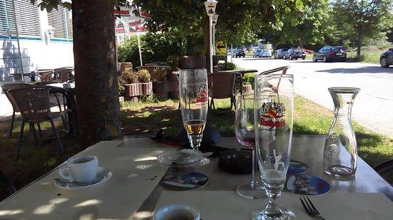 Jestetten, Alemania: Garten Sitzpalatz unter Kastanienbäumen