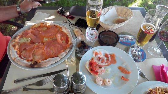 Jestetten, Германия: Pizza Salmone & Rest Bruschetti / Gamberoni / Lachs Cipolla