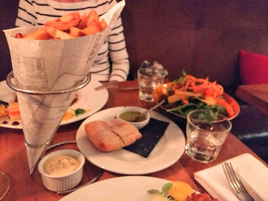Brasserie SenT: chips and salad