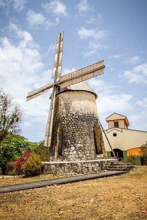 Capesterre, Guadeloupe: La distillerie et son moulin