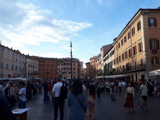 Piazza Navona ou place Navona près du panthéon le soir.