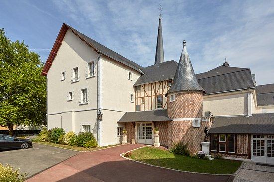 Relais des Trois Chateaux Hotel: entrée et parking gratuit hôtel