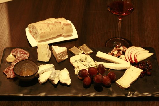 Bistro A Vin: Platter with a cheese/meat mix, that was just delicious!