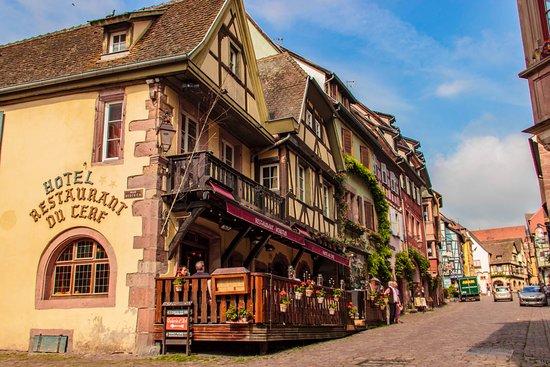 Le Restaurant Au Cerf est situé au coeur de la cité médiévale de Riquewihr
