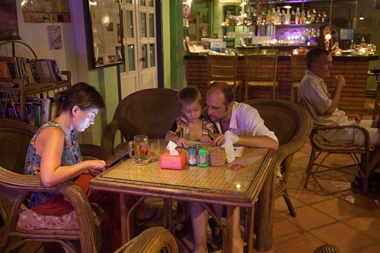 Two Dragons Guesthouse: Relaxed customers at Two Dragons restaurant