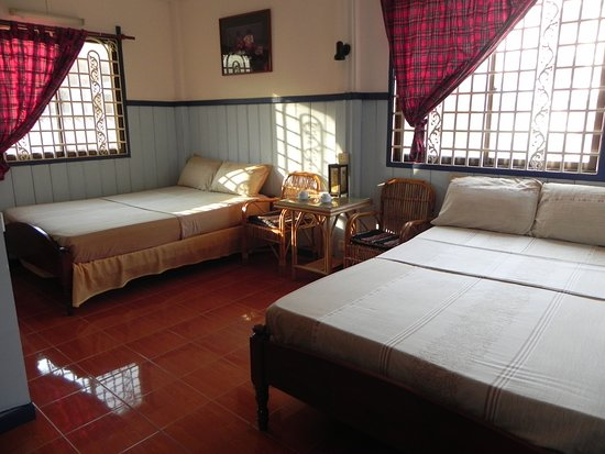 Two Dragons Guesthouse: Family room (ensuite a/c refrig etc) extra bed available
