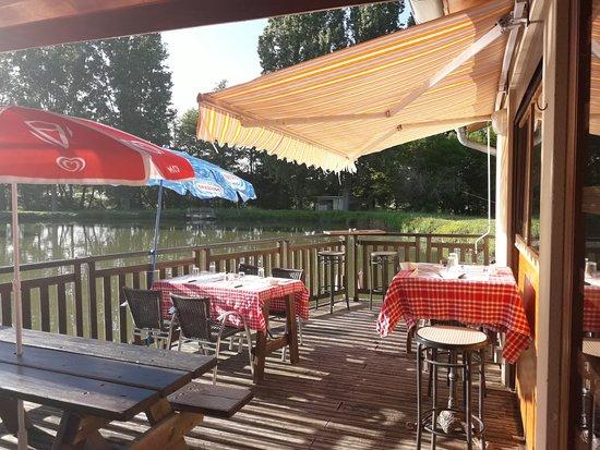 Salvagnac, France: Une terrasse agréable sur laquelle on peut déguster de très bons plats